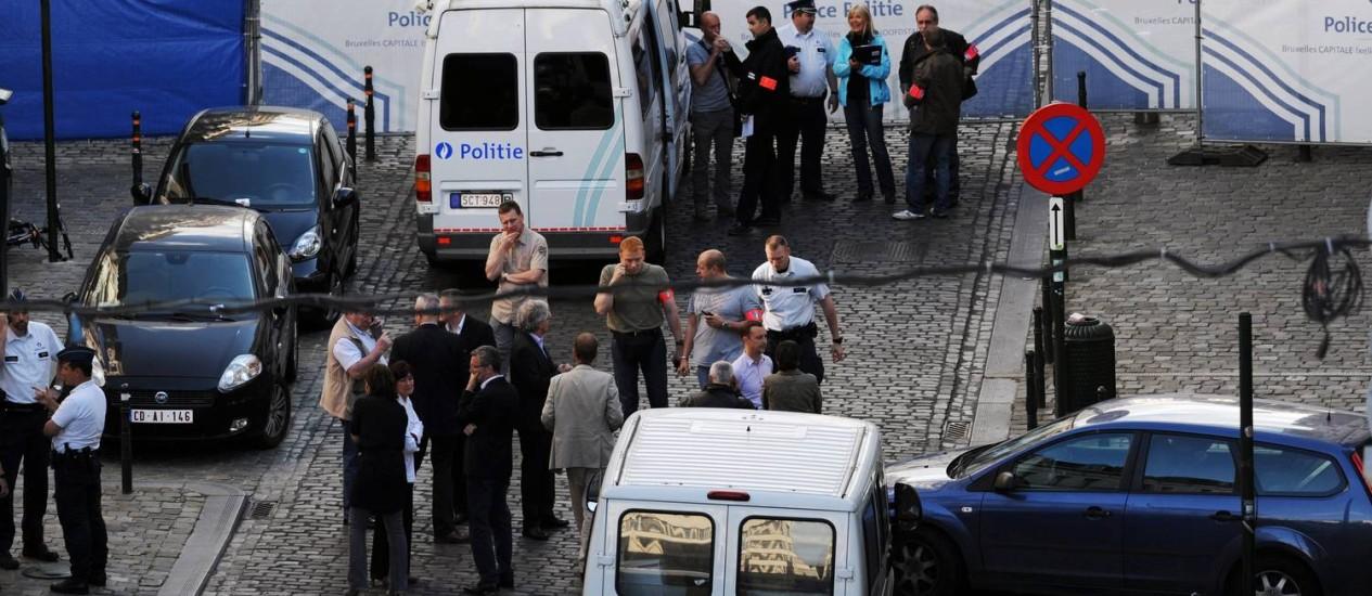 Policiais cercaram área em frente ao Museu Judaico de Bruxelas, onde um atentado deixou três mortos e um ferido Foto: ERIC VIDAL / REUTERS