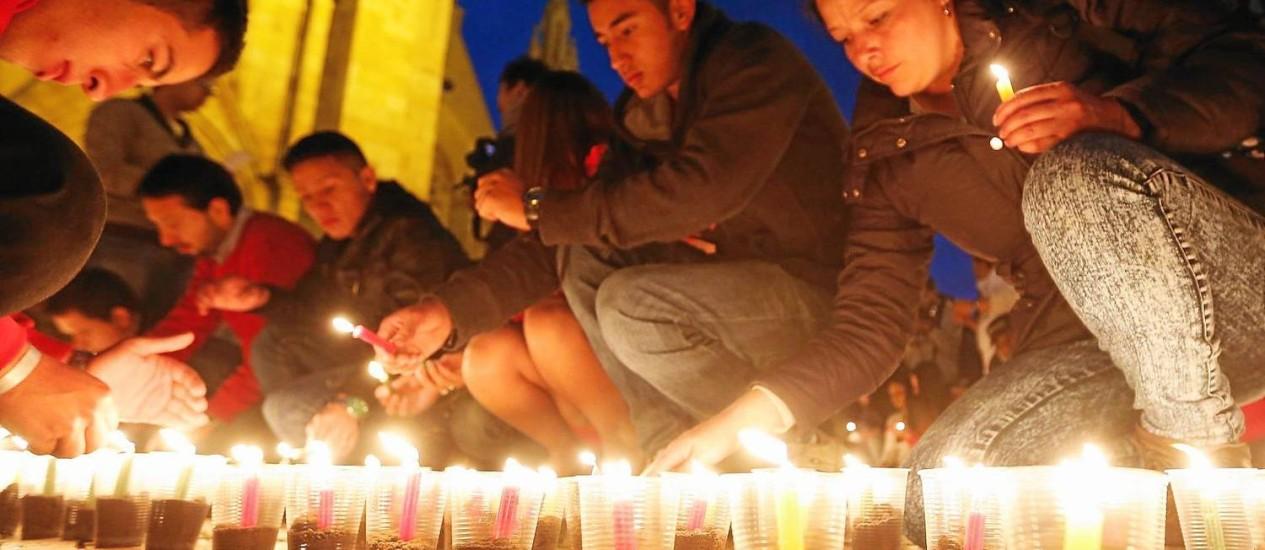 Luz de velas. Colombianos fazem vigília pela paz em Bogotá: discussão sobre diálogo com Farc não mobiliza tanto os cidadãos quanto os principais candidatos, dizem analistas Foto: JOHN VIZCAINO / REUTERS/22-5-2014