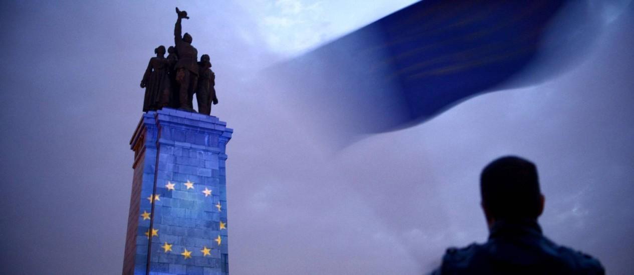 Símbolo da UE em monumento a Exército soviético na Bulgária Foto: NIKOLAY DOYCHINOV / AFP/8-5-2014