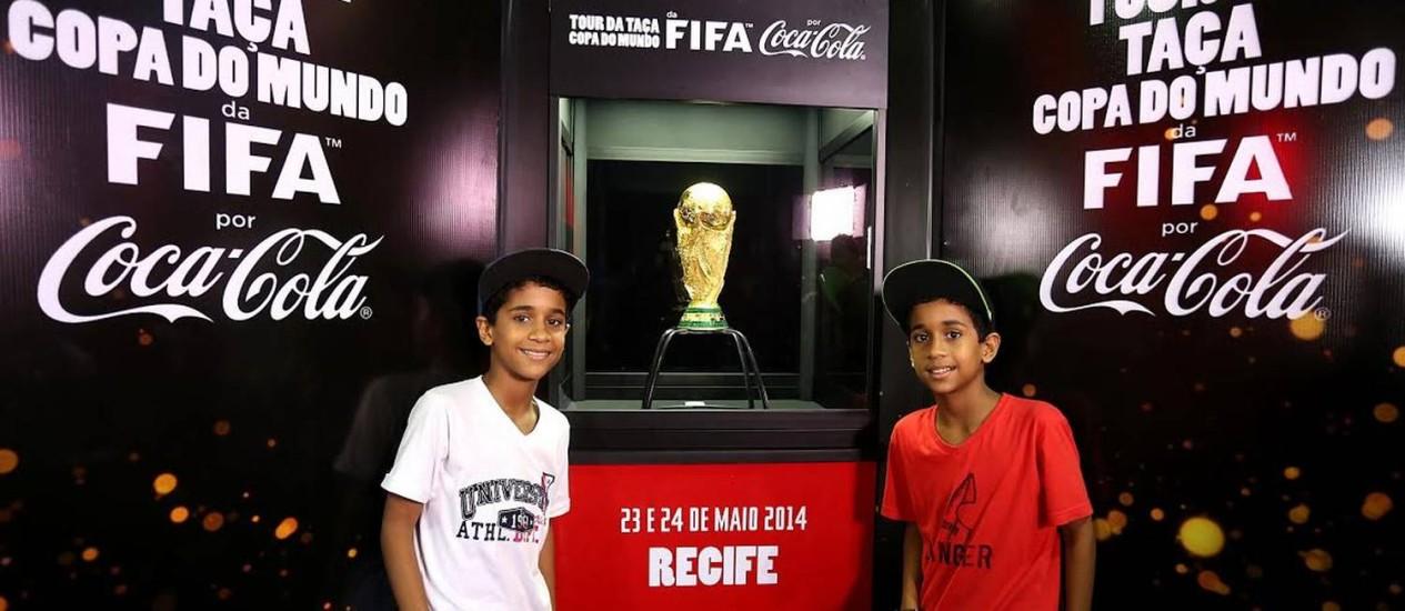 Os gêmeos pernambucanos Pedro (de branco) e Gabriel, que nasceram no ano do penta, se emocionaram ao encontrar a taça da Copa do Mundo em Recife Foto: Divulgação