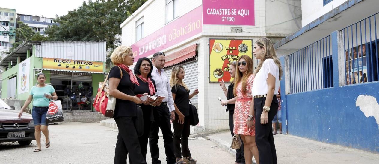 Gisele Reis (à direita, de camisa branca) em frente ao centro de revenda de O Boticário em Rio das Pedras, onde já conta com 500 colaboradores Foto: Fabio Rossi / O GLOBO