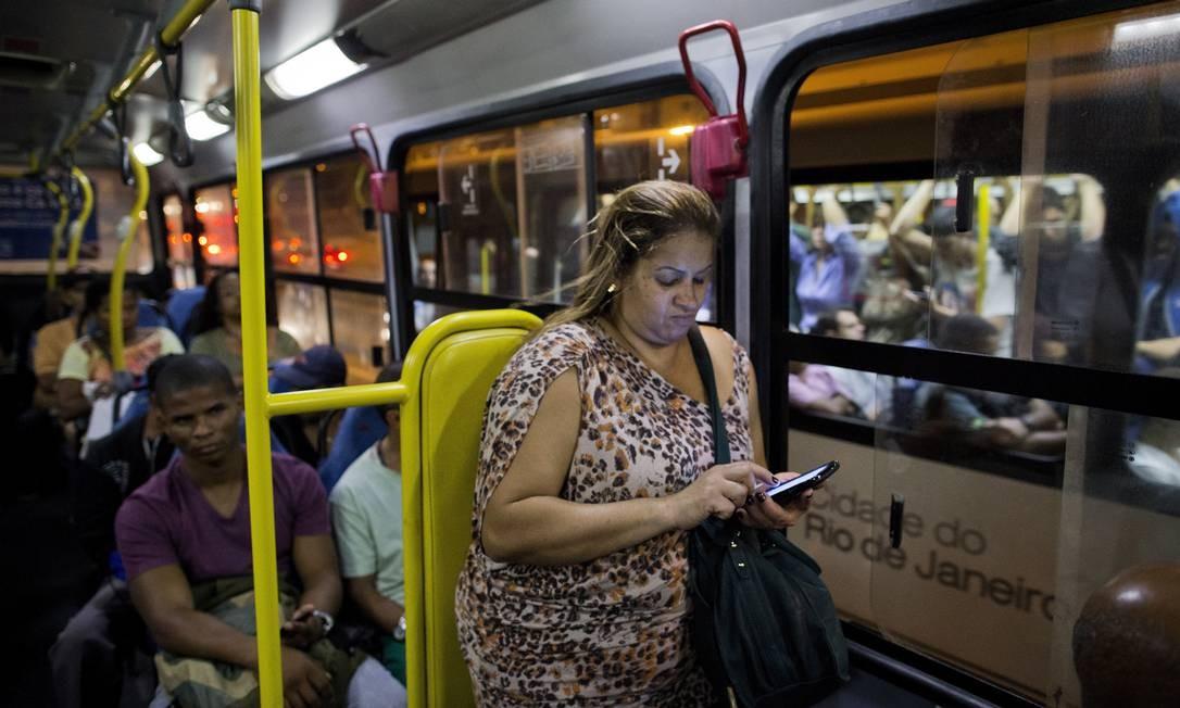 A diarista Ana Cristina Carvalho, de 42 anos, esperou 40 minutos pelo ônibus que a leva até Bonsucesso Foto: / Guito Moreto