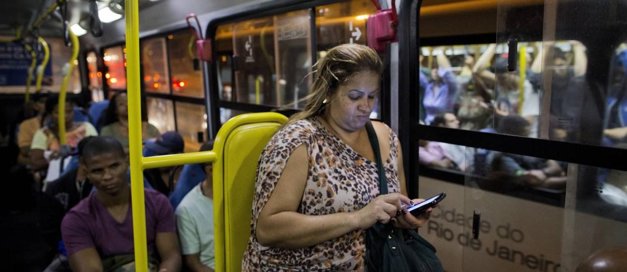 A diarista Ana Cristina Carvalho, de 42 anos, esperou 40 minutos pelo ônibus que a leva até Bonsucesso Foto: Guito Moreto