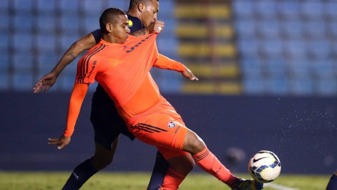 Walter é puxado pela camisa por Titi em jogo do Fluminense contra o Bahia em Barueri: atacante fala em cansaço da equipe Foto: Photocamera / Agência O Globo