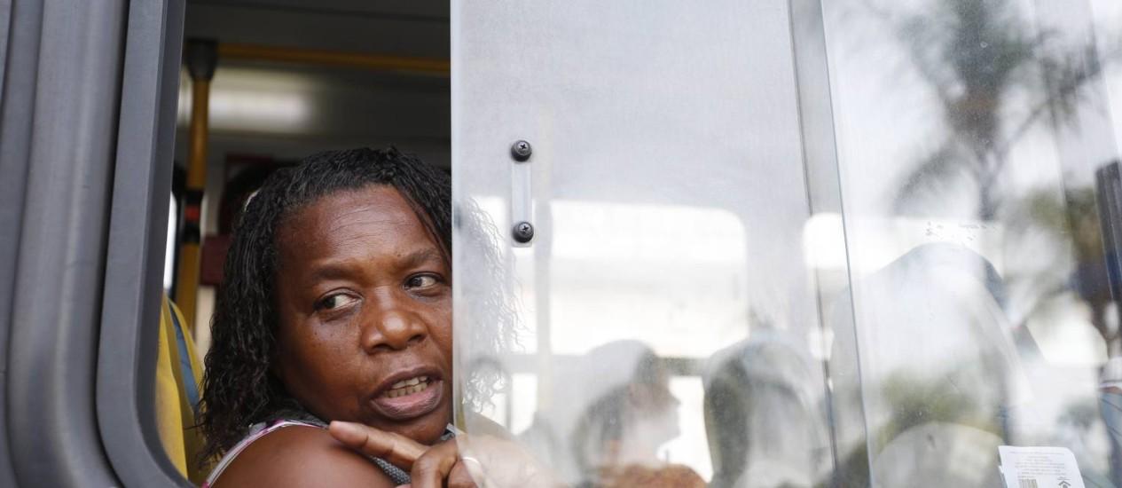 Superlotação. Viagem sentada é raridade no cotidiano da servente Cláudia da Silva, que mora em Queimados e trabalha em Botafogo Foto: Ana Branco / O GLOBO