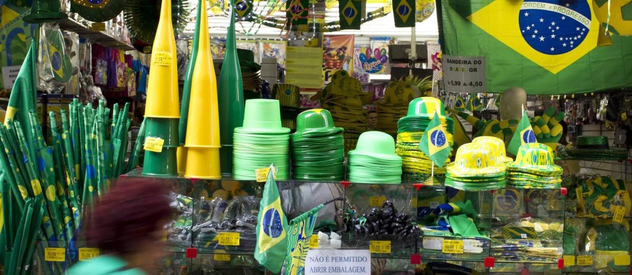 Loja na Saara abarrotada de produtos da Copa. A menos de 20 dias para o Mundial, carioca ainda não se empolgou Foto: Márcia Foletto