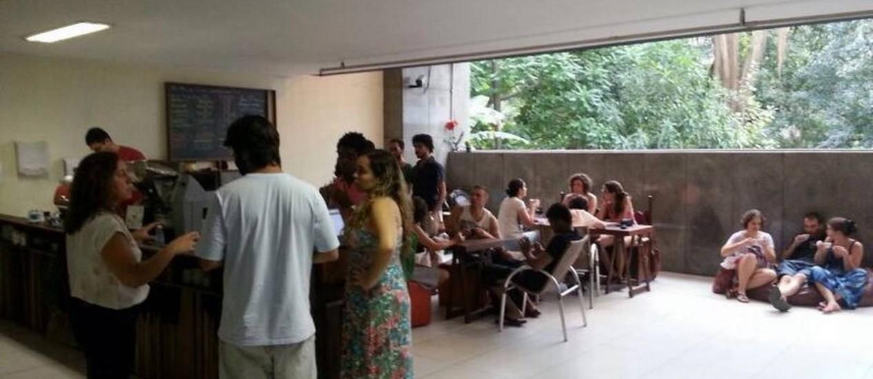 Atrás do balcão, quadro exibe as despesas: para fazer um café, a loja gasta R$ 0,50 Foto: Divulgação
