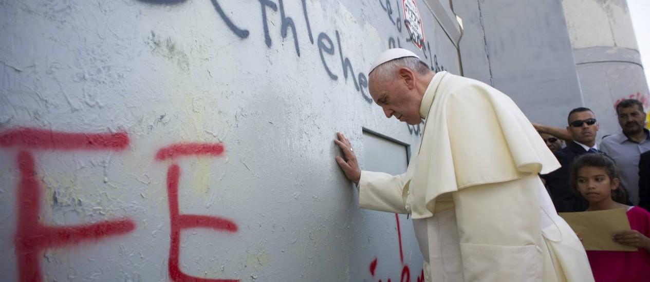 Papa faz oração no Muro da Cisjordânia Foto: OSSERVATORE ROMANO / REUTERS