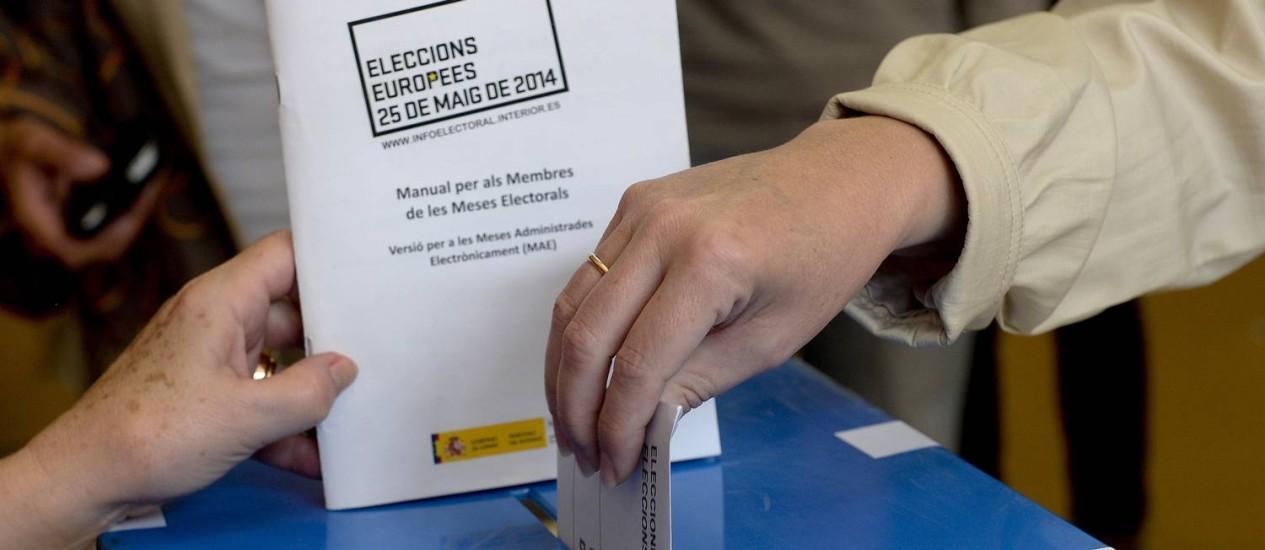 Pessoas votam para o Parlamento Europeu em Barcelona, na Espanha Foto: JOSEP LAGO / AFP