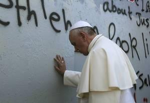 Numa quebra de protocolo, o Papa parou no Muro da Cisjordânia para rezar Foto: STRINGER / REUTERS