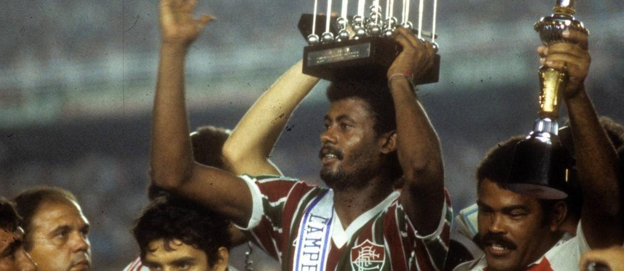 Washington erguendo a Taça Brasil, conquistada pelo Fluminense em 1984 Foto: Anibal Philot / Agência O Globo