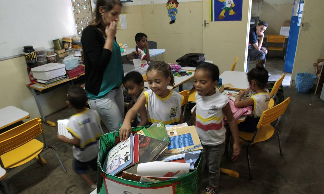 Recife. Uma caixa de papelão é a 'biblioteca' de uma escola mundicipal Foto: Agência O Globo