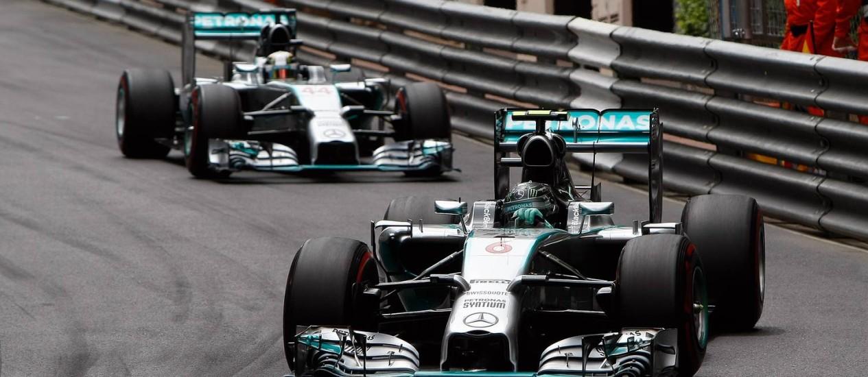 Mercedes em dose dupla: Nico Rosberg, vencedor da prova, e Lewis Hamilton no GP de Mônaco Foto: Claude Paris / AP