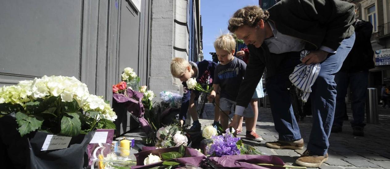 Pessoas deixam flores na entrada do Museu Judaico de Bruxelas em homenagem aos mortos no ataque do último sábado Foto: ERIC VIDAL / REUTERS