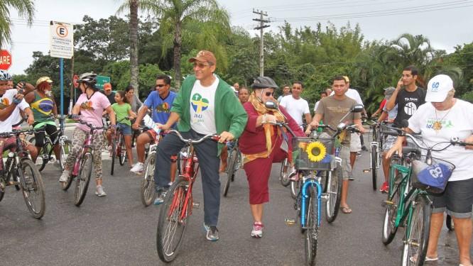 À frente, padre Zito (casaco verde), comanda campanha pela ciclovia Foto: Dilvulgação / Ronald Pantoja
