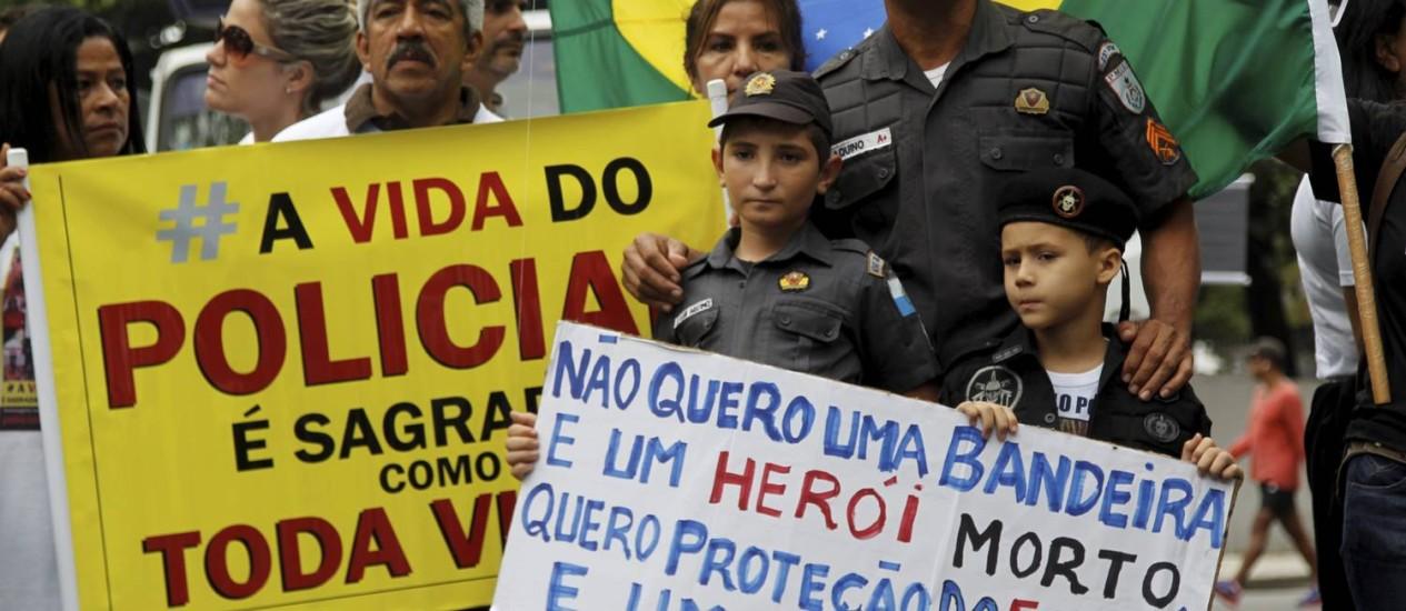 Uniformizados, filhos de policiais mortos participam de passeata em Copacabana; PM informou que 29 policiais militares morreram este ano no estado Foto: Gabriel de Paiva / O Globo