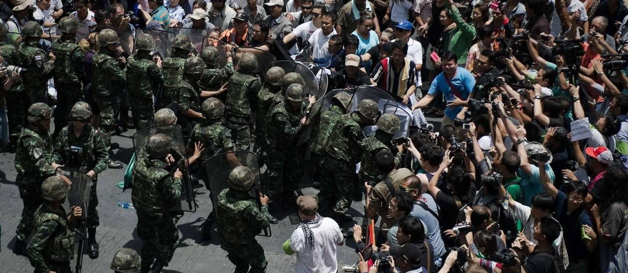 Soldados coíbem protesto contra golpe de Estado neste domingo em Bangcoc Foto: NICOLAS ASFOURI / AFP