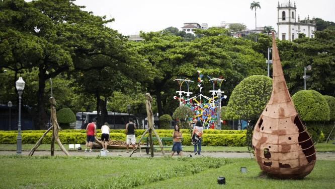 Visitantes conferem obras que têm até 7,5 metros de altura Foto: Fábio Seixo / Agência O Globo