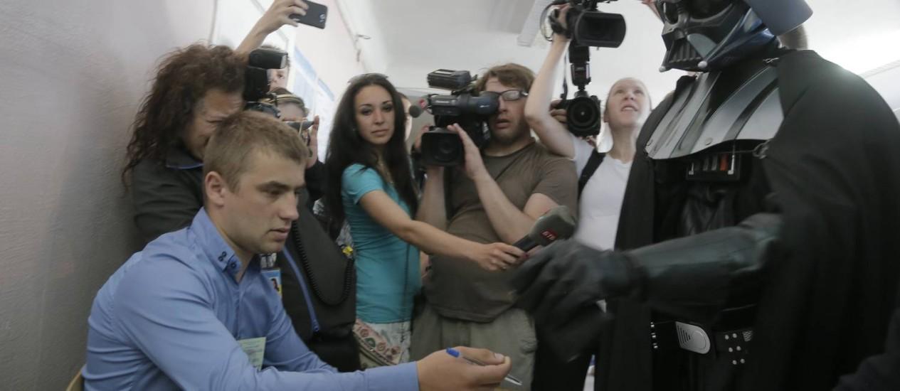 Darth Vader. Candidato à prefeitura de Kiev inspirado no vilão de 'Guerra nas estrelas' foi impedido de votar nas eleições ucranianas por se recusar a tirar sua máscara Foto: Efrem Lukatsky / AP