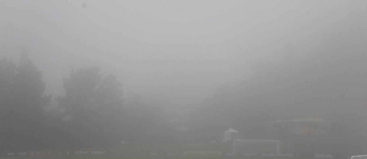 A neblina toma conta da Granja Comary na véspera da apresentação da seleção brasileira: se ocorrer em treinos, vai dificultar as coisas Foto: Marcelo Carnaval / Agência O Globo