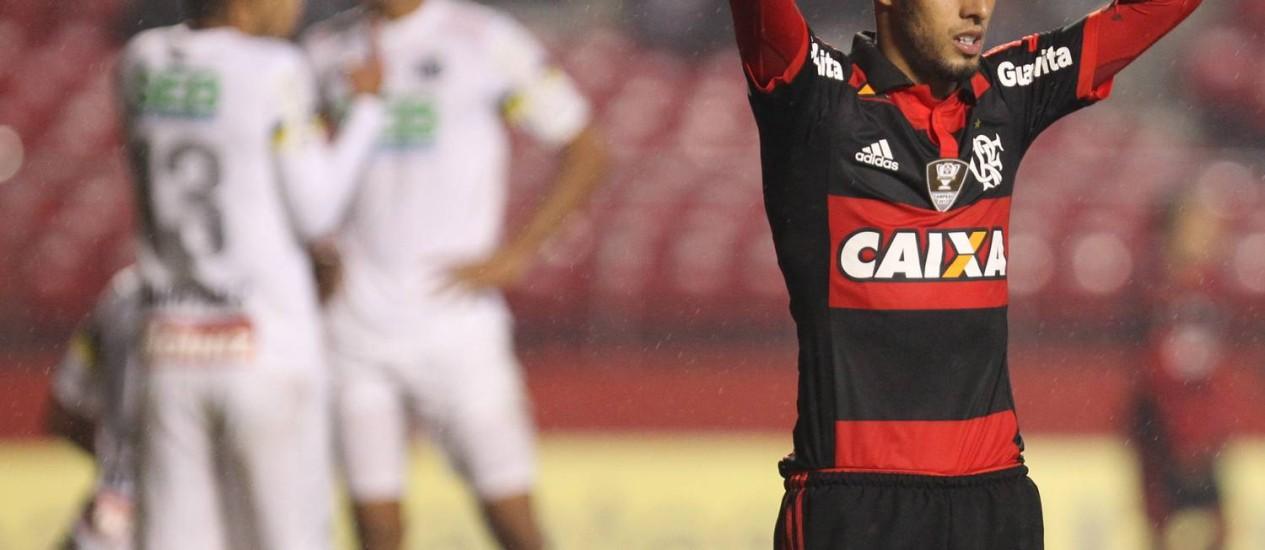 Paulinho se lamenta: o atacante perdeu vários gols, um deles incrível, nos acréscimos, no empate do Flamengo com o Santos no Morumbi Foto: Agência O Globo