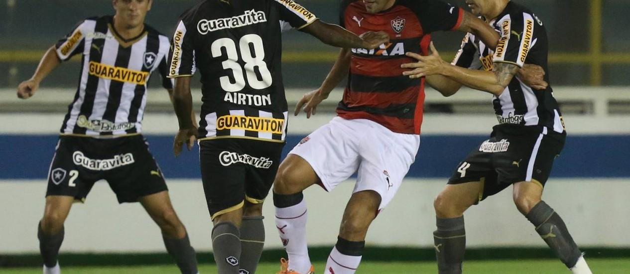 Botafogo lutou, mas não conseguiu superar o Vitória em Macaé: 1 a 1 Foto: Marcelo Régua / Agência O Globo