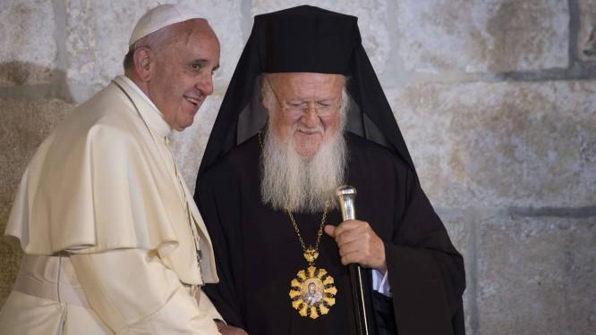 Francisco reza no Santo Sepulcro com o Patriarca ortodoxo Bartolomeu I: encontro histórico Foto: / Foto AFP