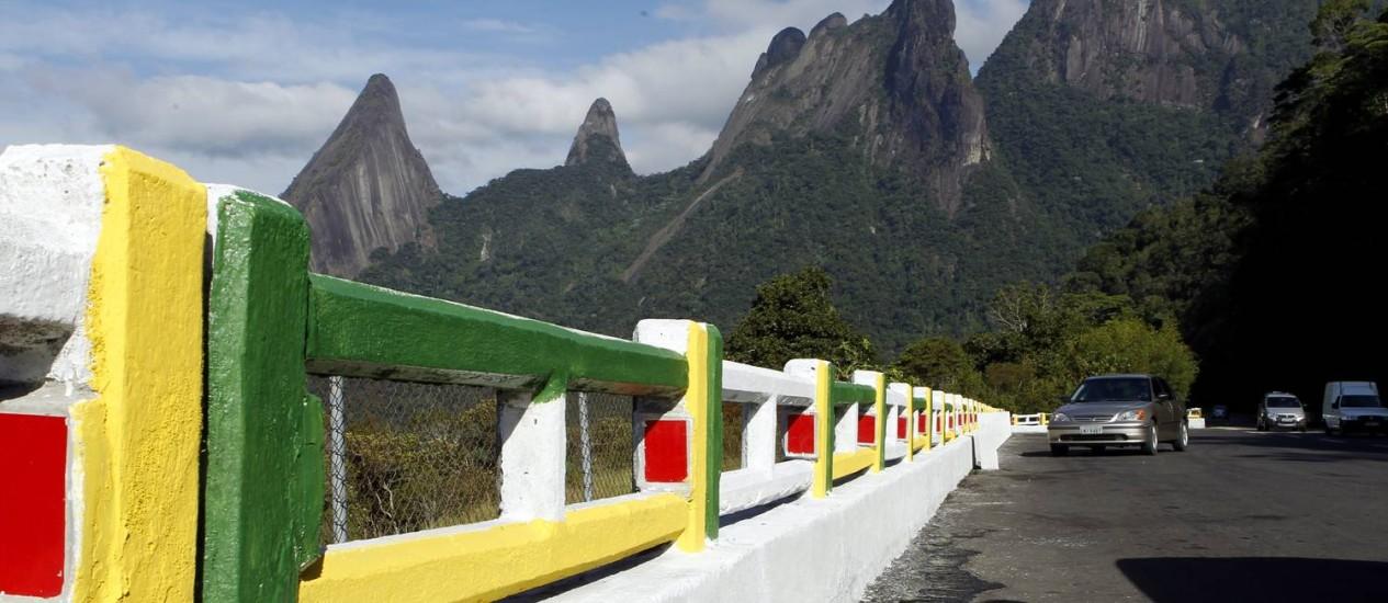 Na entrada de Teresópolis, o Dedo de Deus diante da mureta pintada com as cores do Brasil Foto: Gustavo Miranda