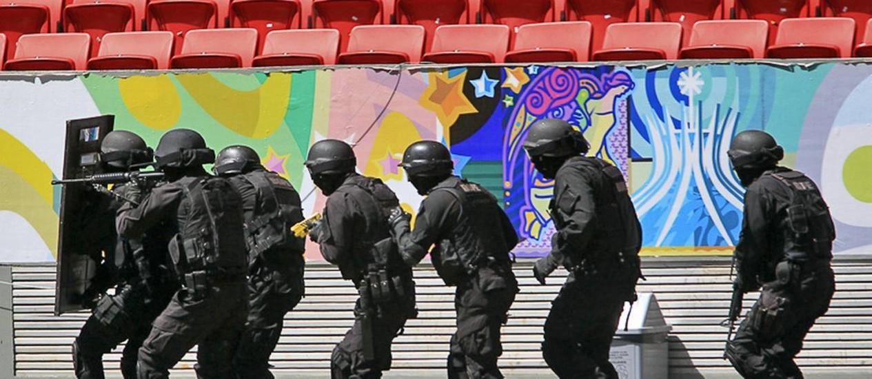 Policiais fazem treinamento antiterrorismo no Estádio Mané Garrincha, em Brasília, para a Copa: participação de militares nas cidades-sede será ostensiva Foto: André Borges/Secopa-DF
