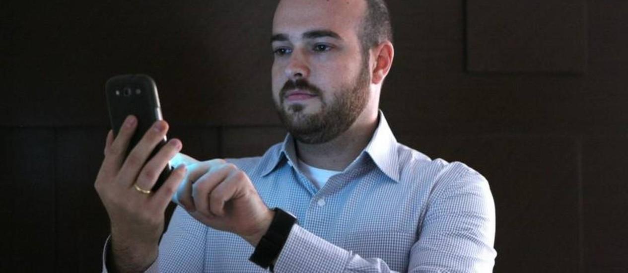 Rafael Do Curral só faz transações financeiras pelo celular há três anos Foto: Michel Filho