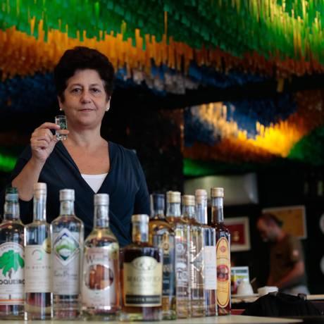 Mais uma dose. Eveline, da Academia da Cachaça: cliente mais informado Foto: Agência O Globo / Pedro Kirilos