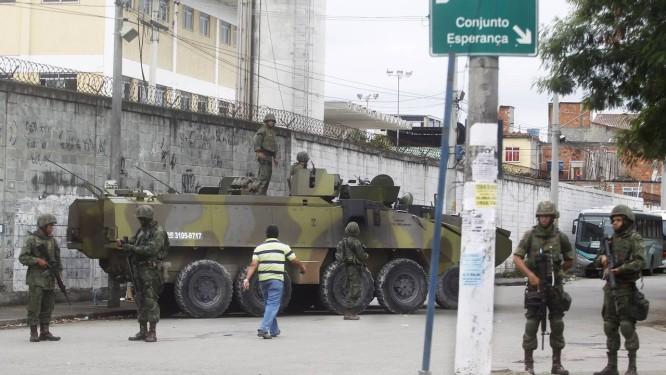 Vigilância. Militares e veículos montram guarda numa das entradas do Complexo da Maré Foto: Agência O Globo / Antonio Scorza