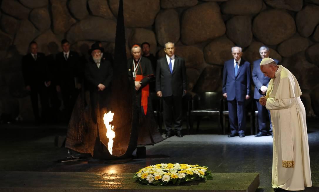 O Papa Francisco faz um minuto de silêncio no Memorial Yad Vashem, dedicado às vítimas do Holocausto Foto: BAZ RATNER / REUTERS