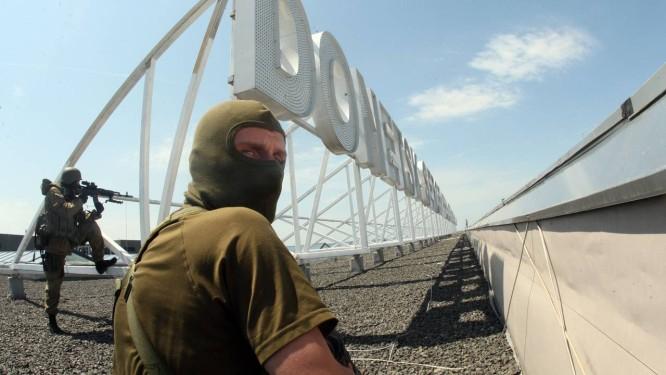 Militantes pró-Rússia tomam controle do aeroporto internacional de Donetsk Foto: Alexander KHUDOTEPLY / AFP
