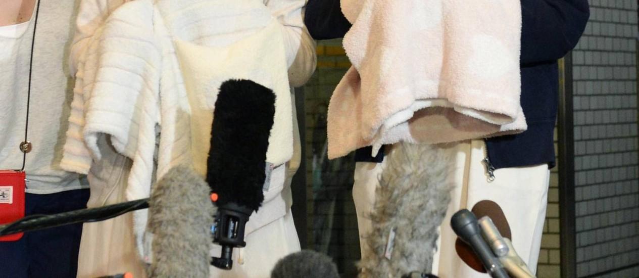 Rina Kawaei e Anna Iriyama, do grupo AKB48, falam sobre o ataque após receberem alta no Japão Foto: KYODO / REUTERS
