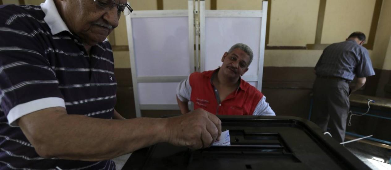 Egípcio vota no primeiro dia das eleições presidenciais no país Foto: AMR ABDALLAH DALSH / REUTERS