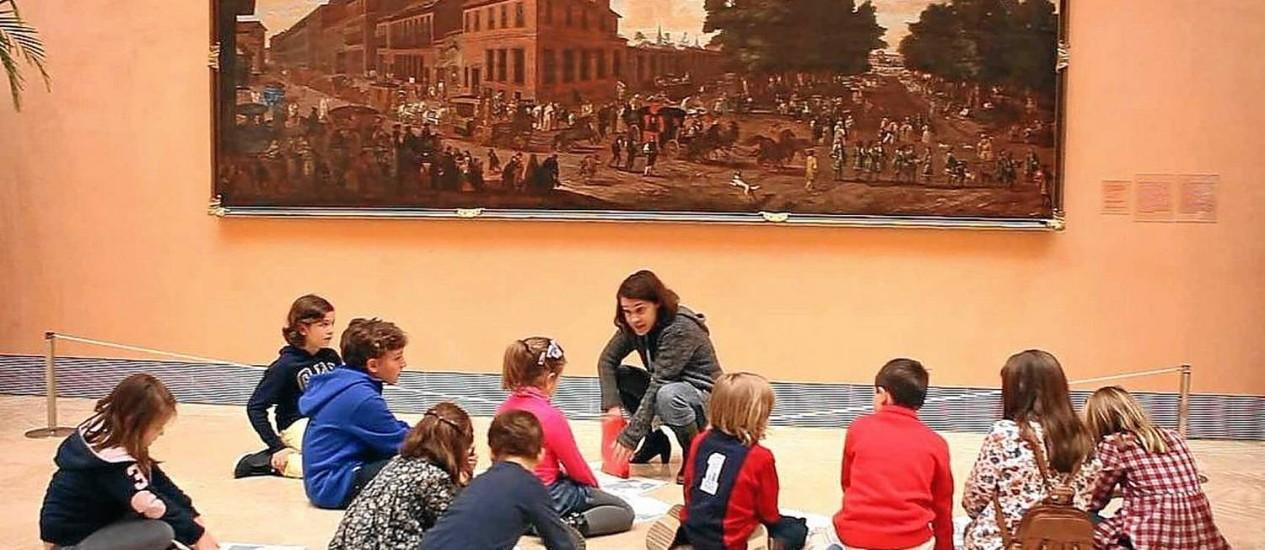 Crianças observam um quadro no Thyssen- Bornemisza Foto: Divulgação