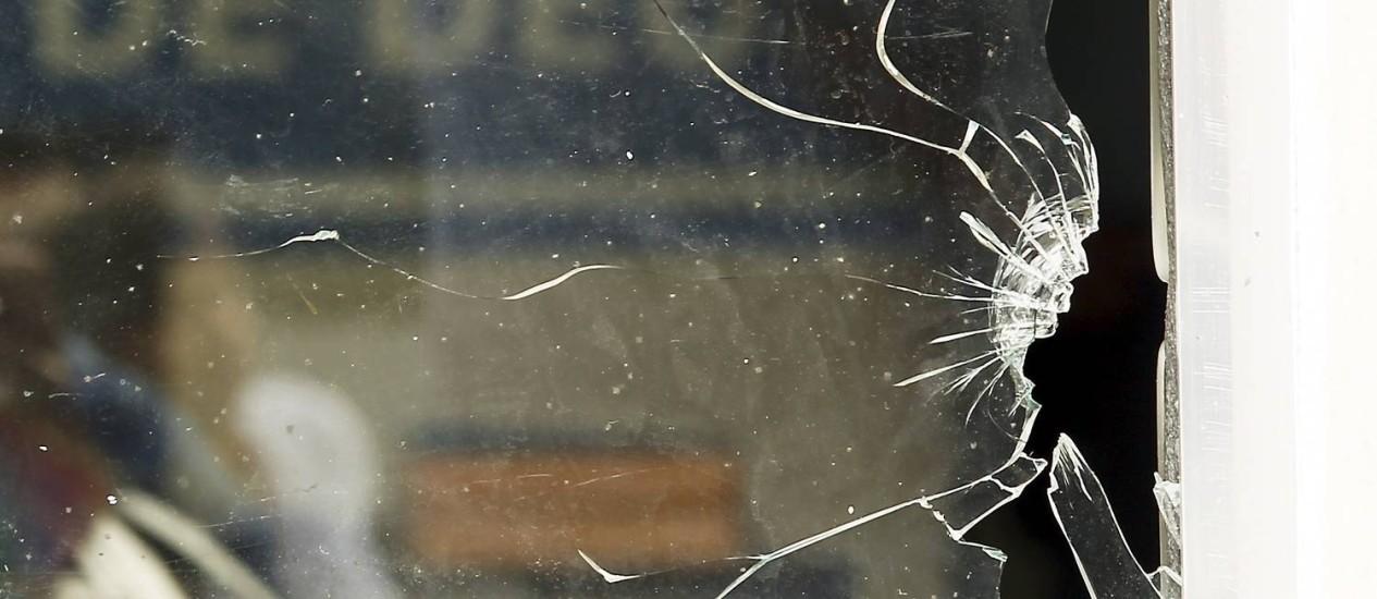 Os vidros da sede da UPP da Cidade de Deus ficaram estilhados após ataque de bandidos à unidade Foto: Gabriel de Paiva / Agência O Globo