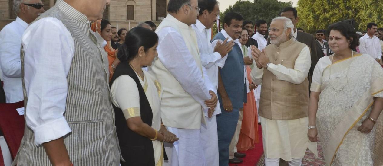 Narenda Modi cumprimenta outros líderes na chegada à cerimônia de posse em Nova Délhi Foto: AP