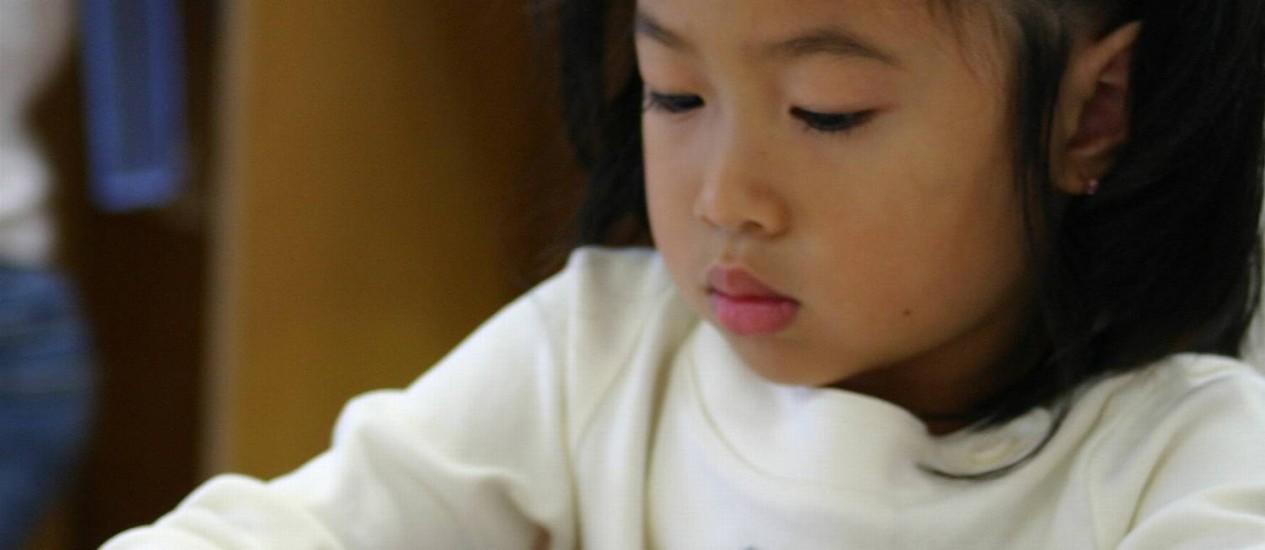 Segundo pesquisa, enquanto os pais europeus e americanos dão asas para as crianças voarem, os asiáticos oferecem um vento contante sob as asas de seus filhos Foto: StockPhoto