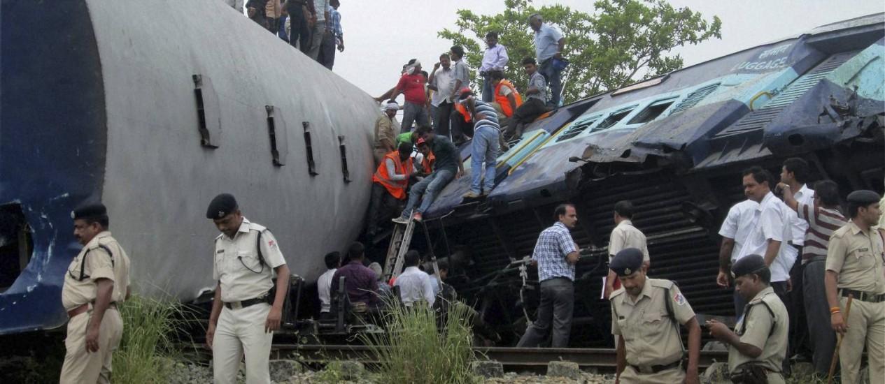 Policiais, equipes de resgate e voluntários no local do acidente de trem, em Chureb, no estado de Uttar Pradesh: pelo menos 40 mortos e 150 feridos Foto: AP