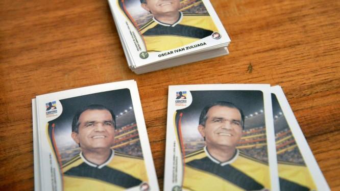 """Candidato da oposição, Oscar Ivan Zuluaga aparece como 'figurinha da Copa"""" em material de propaganda: alianças vão determinar resultado do segundo turno Foto: DIANA SANCHEZ / AFP"""