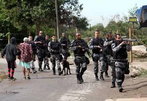 Policiais fazem buscas na comunidade em busca dos bandidos que atacaram UPP Foto: THIAGO LONTRA / Agência O Globo