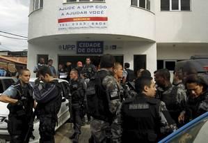 Sede da UPP da Cidade de Deus foi atacada na noite passada. Equipes saem para fazer buscas Foto: Gabriel de Paiva / Agência O Globo