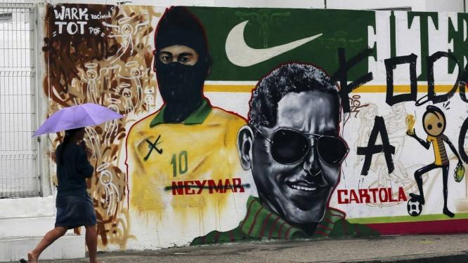 Pichação sobre o rosto de Neymar no Terreirão do Samba Foto: Reuters/Ana Carolina Fernandez