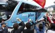 Manifestantes protestam contra a Copa do Mundo na passagem do ônibus com a seleção brasileira na Granja Comary, em Teresópolis