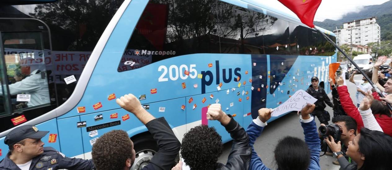 Manifestantes protestam contra a Copa do Mundo na passagem do ônibus com a seleção brasileira na Granja Comary, em Teresópolis Foto: Ivo Gonzalez / O Globo 26/05/2014