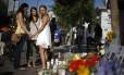 Jovens prestam homenagens aos estudantes assassinados por Elliot Rodger, na Califórnia