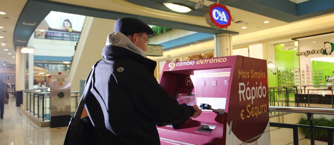 Cliente do Shopping Villa Lobos tenta utilizar caixa eletrônico que faz troca de moeda estrangeiro por reais Foto: Michel Filho / Agência O Globo