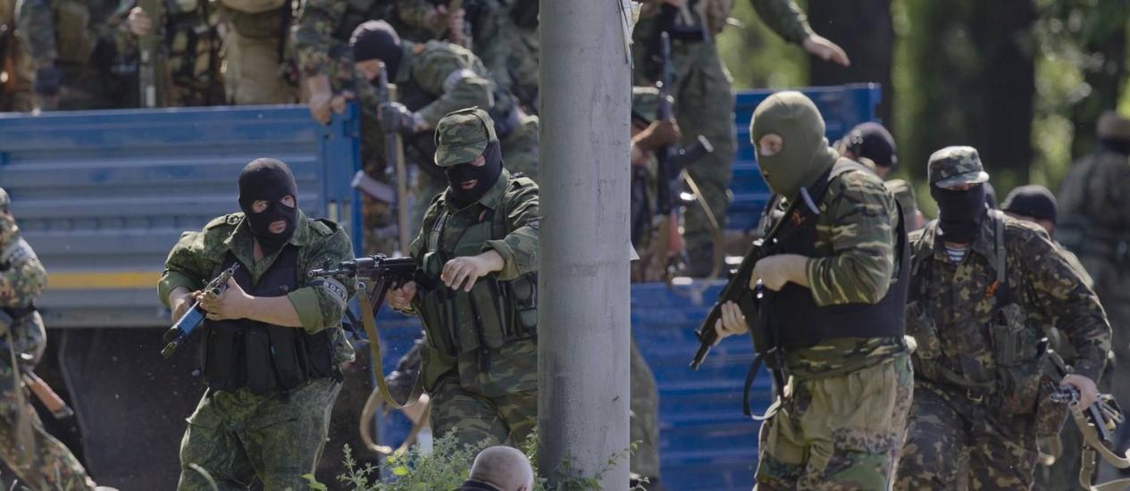 Separatistas pró-Rússia durante confronto com tropas ucranianas nas imediações do aeroportos de Donetsk, no Leste do país. Rússia pediu a Kiev que interrompa ações militares contra rebeldes Foto: Vadim Ghirda / AP